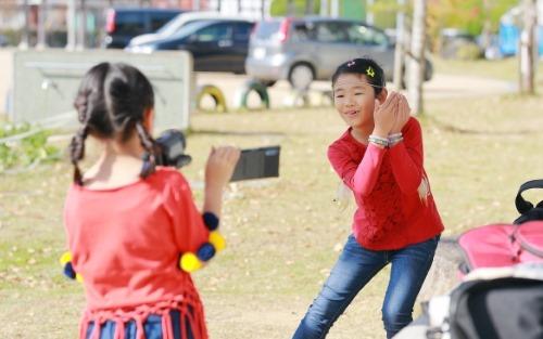 動画を撮影する二人の少女