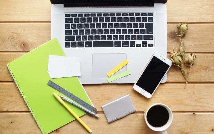 ノートパソコン、コーヒー、ノート、スマートフォン